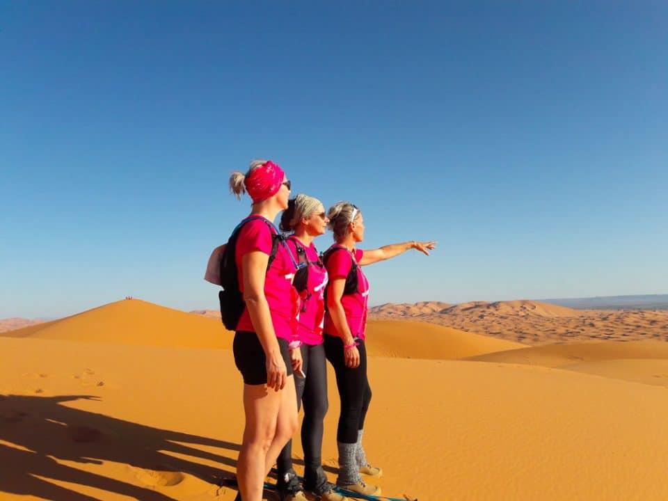 Les filles du trek rose dans le désert